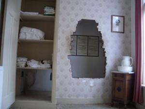 ... фальшивая стена в спальне Корри